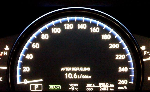 Lexus LS 600hL Gas Stop