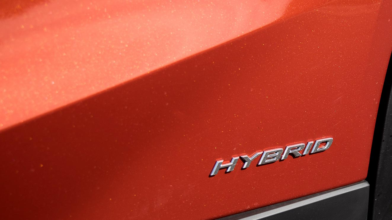 19-11-11-lexus-ux-hybrid-badge.jpg