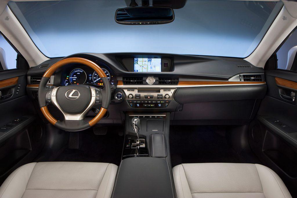2013_Lexus_ES_300h_29