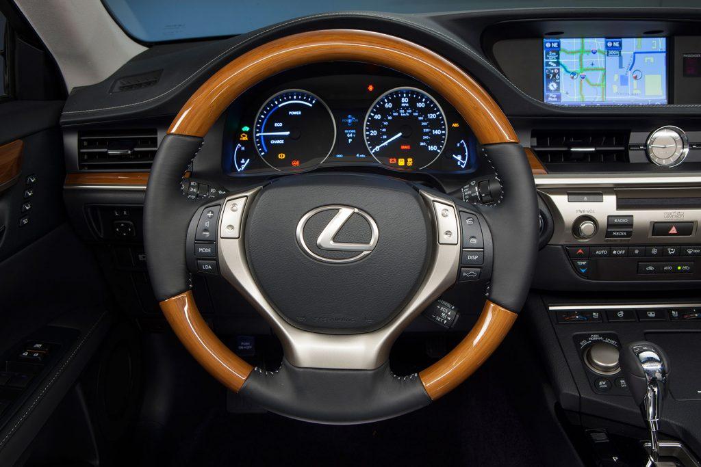 2013_Lexus_ES_300h_32