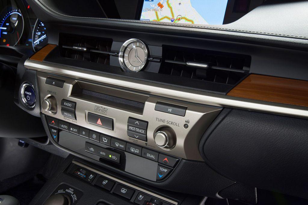 2013_Lexus_ES_300h_33