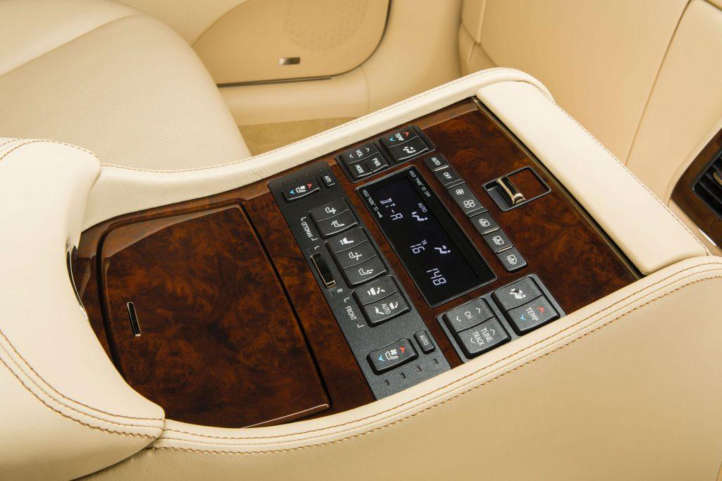 2013_Lexus_LS_460_L_interior_004_0182AF3DEC1E812782E813D34283563AD05D50DA