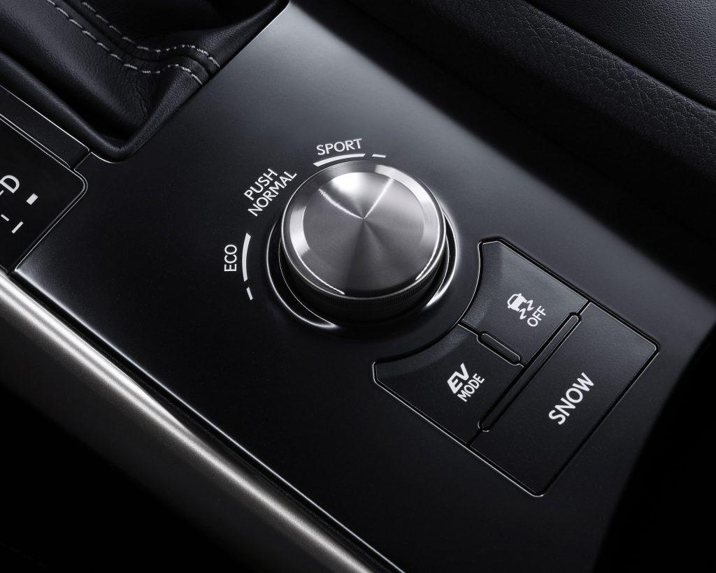 lexus-is-300h-interior-europe-12